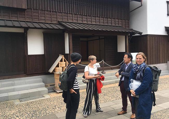 ドイツからの交換留学生ヨハンナ、レジデンスプログラムで一緒に有田に滞在しているオランダ人アーティストのヘレン(中央)と、そしてアリキ(右)