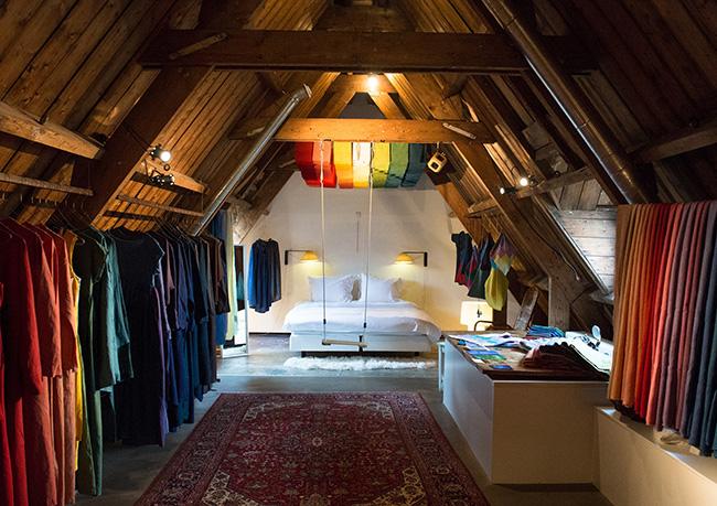 沖縄から参加した天然染料を使って服作りをする工房