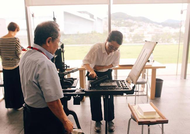 9月に長崎県美術館で行われたワークショップの様子です。ナガサキリンネでも福岡から活版職人の山田さん(文林堂:写真左の男性)に、アルビオン式の手引き印刷をしていただきます。(混雑時はこの大型印刷機での体験ができない場合もございます)
