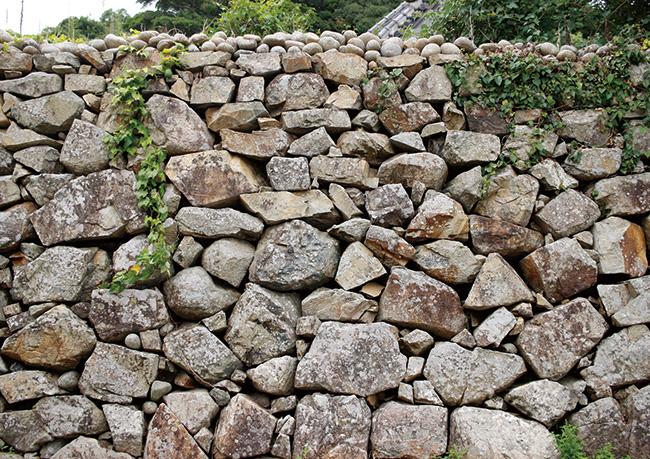 とある島にて。土地によっても、つくり手によっても変わる、石垣の表情