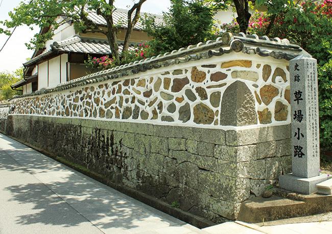 大村の史跡「草場小路」の「五色塀」。多種多様な石の組み合わせに、つくり手の遊び心を感じる